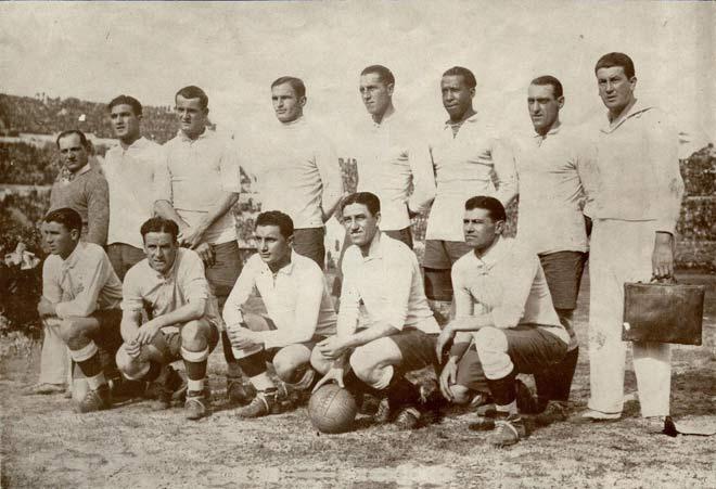 Seleção Uruguaia campeã de 1930. Dentre os jogadores está uma curiosidade: Hector 'Manco' Castro.  O jogador não tinha mão direita.
