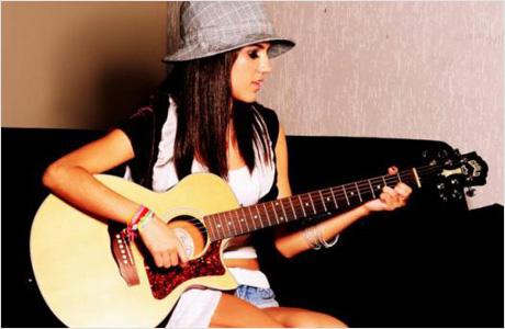 Manu-Gavassi-tocando-violão