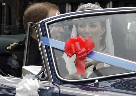 Kate e Willian dentro do carro