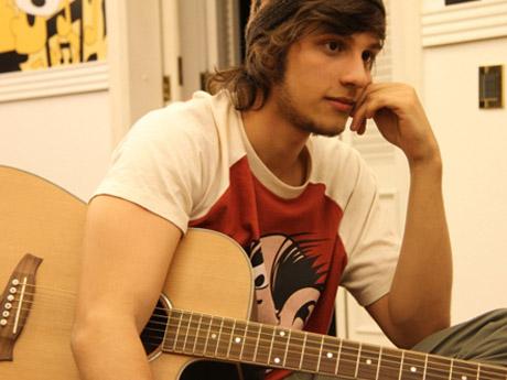 Tomás tocando violão