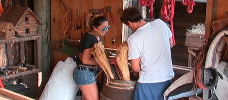 Dani Bolina trabalhando na fazenda