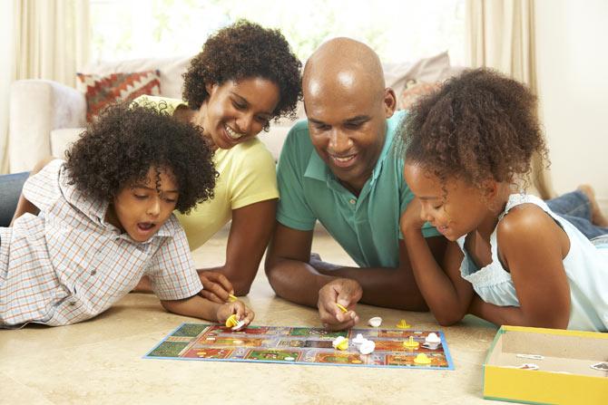 É indispensável que os pais compartilhem momento alegres e felizes com seus filhos.
