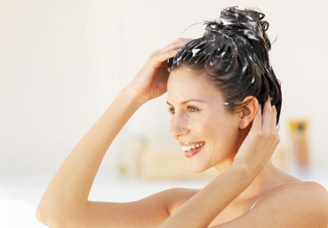 Usar um condicionar adequado para o seu tipo de cabelo após cada lavagem ajudará a dar mais brilho aos seus fios (Imagem: Reprodução)