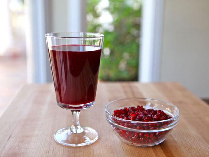 O suco de romã é uma delícia e pode ser servido pela manhã ou na parte da tarde. (Foto: Reprodução)