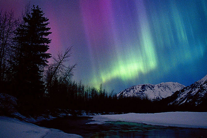 A aurora boreal aparece no Polo Norte, enquanto a aurora austral no Polo Sul