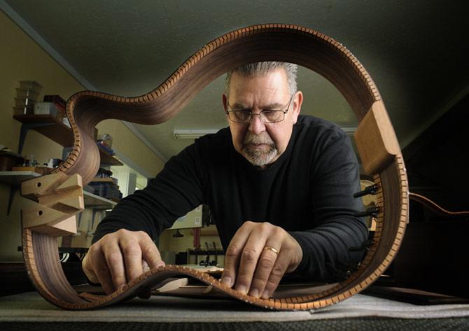 O processo de fabricação manual é feito por um luthier. (Foto: Reprodução)