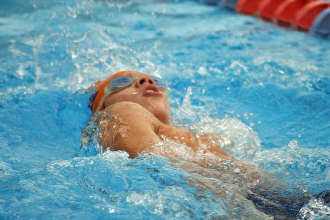 Como se pratica o nado de costas