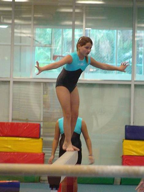 Sasha em treino de ginástica olimpica