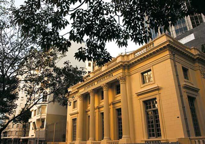 Além de contribuir na literatura de forma incomparável, Machado de Assis também é um dos fundadores da Academia Brasileira de Letras