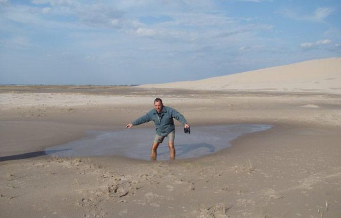 Será que a areia movediça consegue engolir uma pessoa por completo? (Foto: Reprodução)