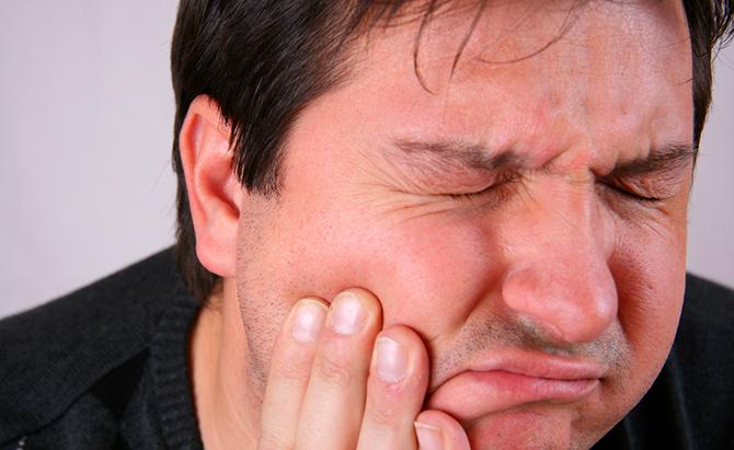 A dor de dente é o principal sintoma da cárie.