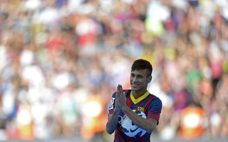 Neymar agradescendo a presença dos torcedores do Barcelona