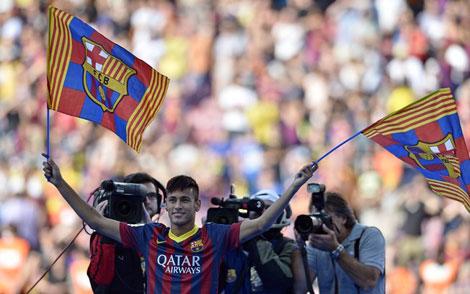 Neymar com uniforme e com a camisa do Barcelona