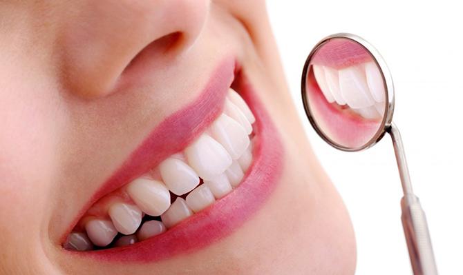 O uso correto do fio dental e uma boa escovação são essenciais para uma boa saúde bucal.