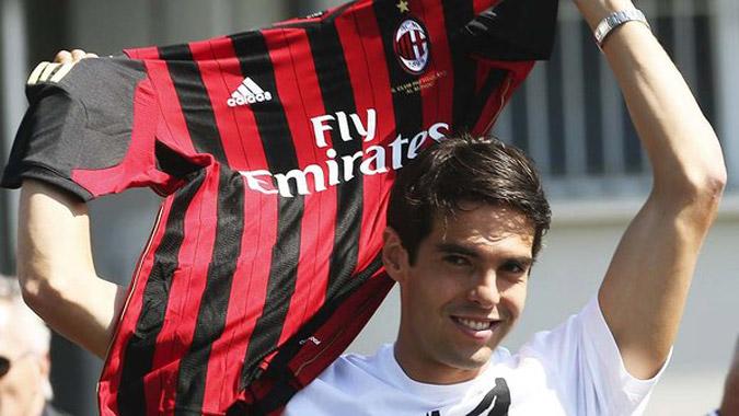 Kaka segurando a camiseta do Milan