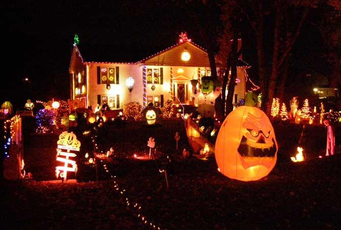 Durante o Halloween as pessoas decoram suas casas com a temática da comemoração.
