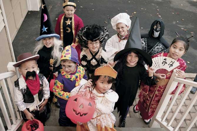 Um dos costumes da festa são as crianças fantasiadas que vão de casa em casa pedindo doces.