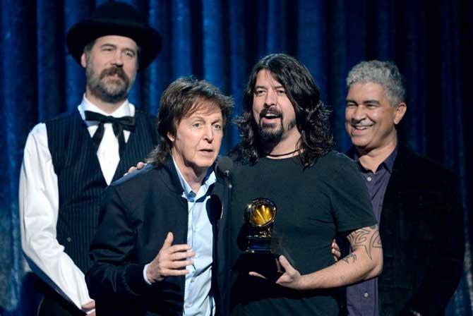 Dave Grohl, Paul McCartney, Krist Novoselic e Pat Smear levaram o prêmio de melhora canção de rock