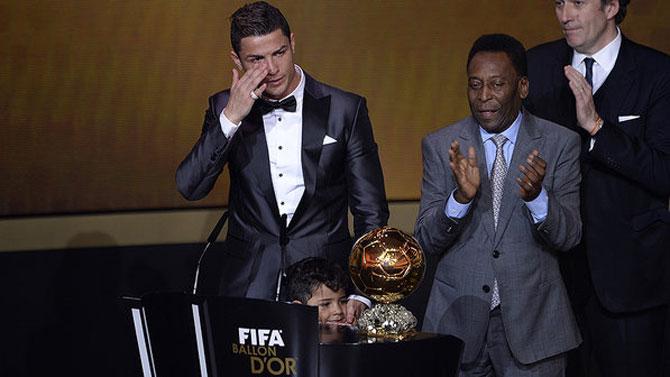 Cristiano Ronaldo se emocionou ao ganhar pela segunda vez a Bola de Ouro (Foto: AFP)