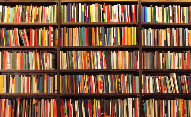 A leitura aumenta o nosso conhecimento e melhora nossa imaginação.