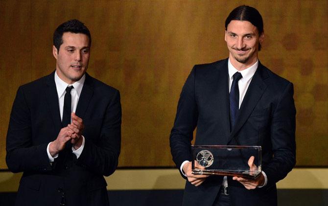 Ibrahimovic recebeu o Prêmio Puskas das mãos de Julio César (Foto: AFP)