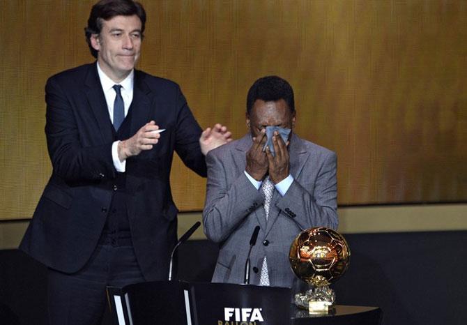 Pelé se emocionou ao receber um prêmio de honra da FIFA (Foto: AFP)
