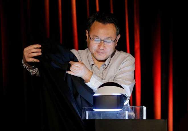 Presidente de estudos da Sony apresenta novo dispositivo (Foto: Jeff Chiu/AFP)