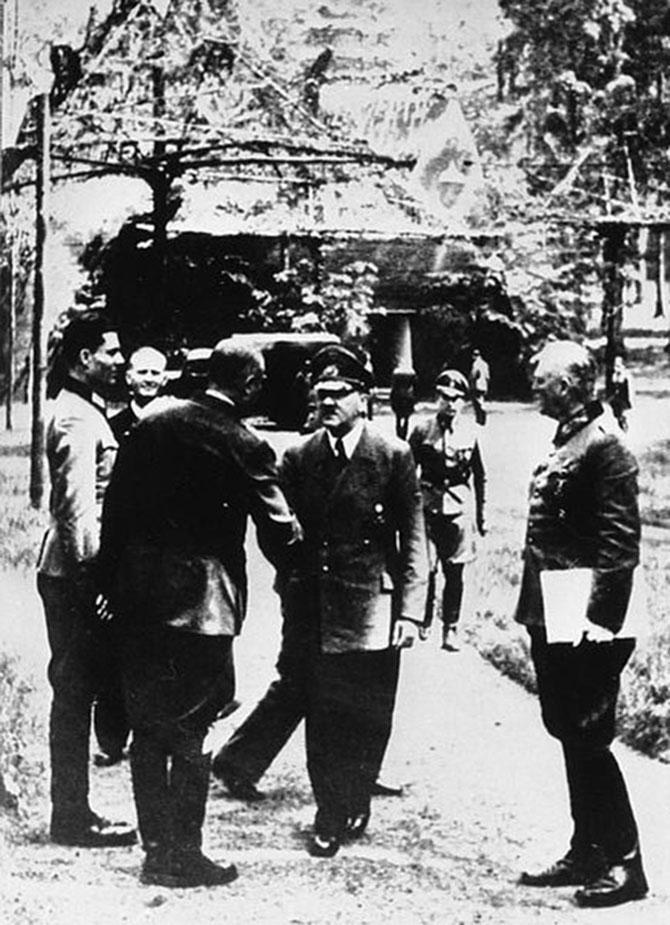 435px-Bundesarchiv_Bild_146-1984-079-02,_Führerhauptquartier,_Stauffenberg,_Hitler,_Keitel