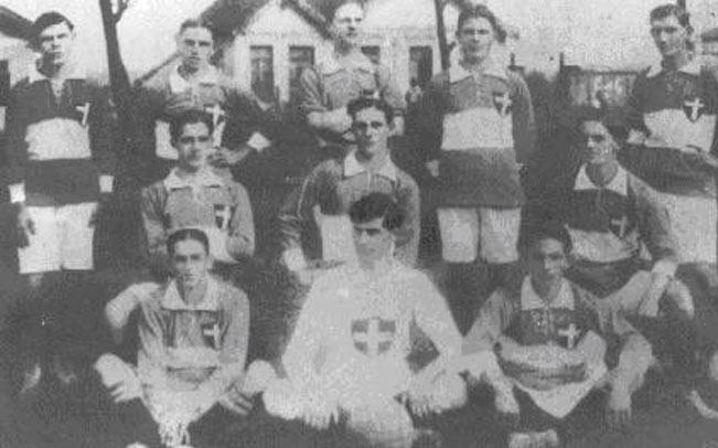 Nesta foto de 1916, o primeiro uniforme do Palestra conta com a Cruz de Savóia ao peito e faixa horizontal branca na camisa.