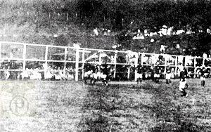 Primeira partida do Palestra. A equipe palestrina vence o jogo por 2 a 0 e leva a taça.
