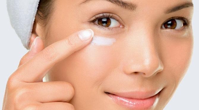 O uso de hidratantes ajuda a minimizar as olheiras.