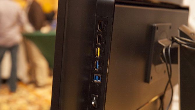 Entradas do monitor 4K Brilliant 288P. (Imagem: Reprodução/Philips)