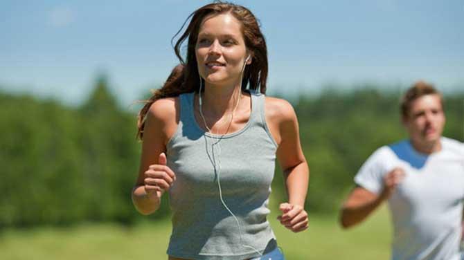Praticar atividades físicas também ajuda a melhorar a autoestima.
