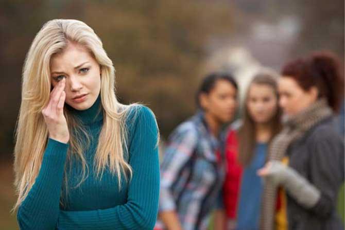 O bullying, a discriminação social, o isolamento social e o fim de relacionando podem diminuir sua autoestima.