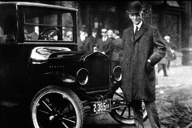 Henry Ford ao lado do Modelo T.