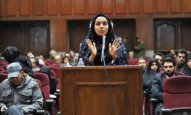 jovem Reyhaneh Jabbari em tribunal iraniano