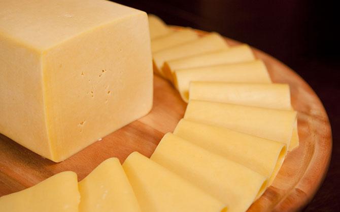 O queijo possui nutrientes como cálcio, fósforo, proteínas e vitamina B12.