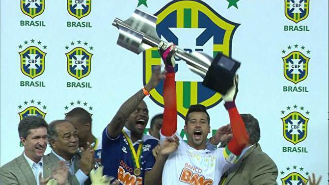 Goleiro Fábio levantando a modelo antigo da taça em 2013. (Foto: Reprodução)