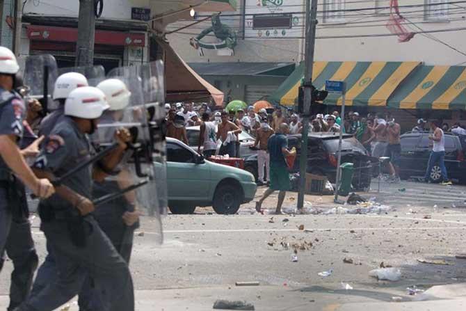 Torcida do Palmeiras em conflito com a polícia.