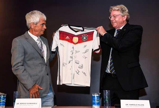Harald Klein entregando a camisa alemã ao Mineirão (Foto: Agência I7/Minas Arena)