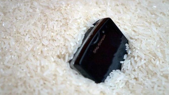 O grão de arroz ajuda a absorver a umidade.
