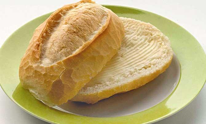 O pão francês com manteiga é uma dupla muito comum no mesa do brasileiro.