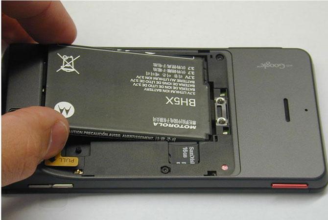 Retirar a bateria é um passo fundamental.