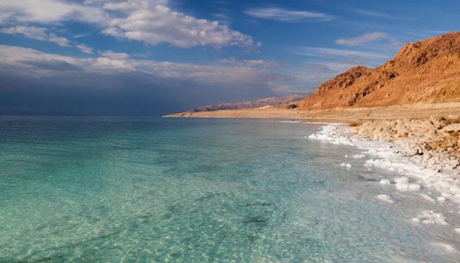 O Mar Morto fica na divisa entre Israel e Jordânia