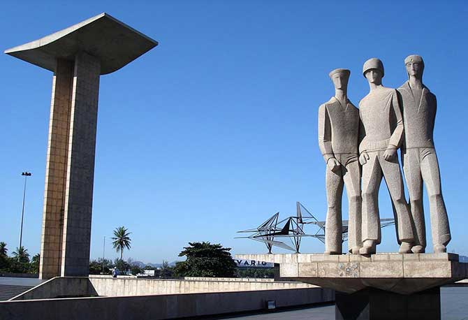 O Monumento aos Mortos da Segunda Guerra Mundial, popularmente conhecido como Monumento aos Pracinhas, está localizado no Rio de Janeiro