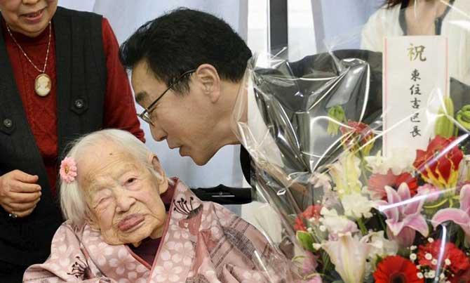 Misao Okawa em seu aniversário de 117 anos ao lado do prefeito de Osaka
