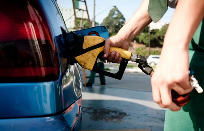 Usar o celular em um posto de gasolina pode ser perigoso (Imagem: Reprodução)