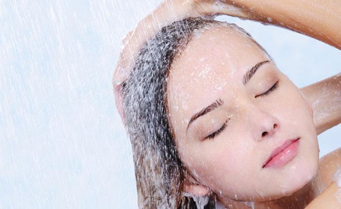 Mesmo o banho quente sendo uma delícia é bom tomar cuidado. (Imagem: Reprodução)