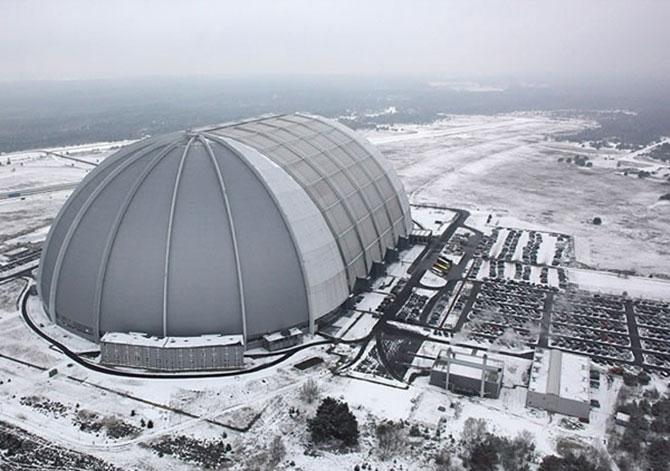 Antigo hangar de uma base militar funciona de maneira bem diferente nos dias de hoje