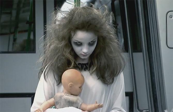 Menina fantasma ataca novamente. (Imagem: Reprodução/YouTube)